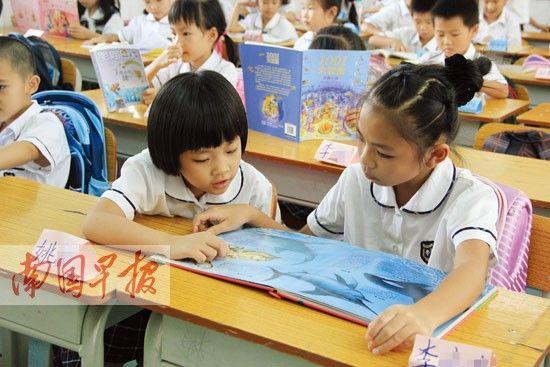 在逸夫小学,一年级新生正在认真上课。 刘琼 摄