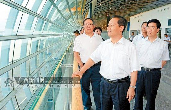9月9日上午,自治区党委书记、自治区人大常委会主任彭清华来到南宁机场新航站区就新老航站区转场工作进行调研。记者 刘 宇 摄