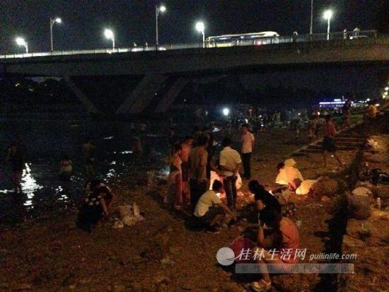 中秋夜,很多市民在漓江边烧烤,但能自觉收拾垃圾的却不多。通讯员 唐海胜 摄