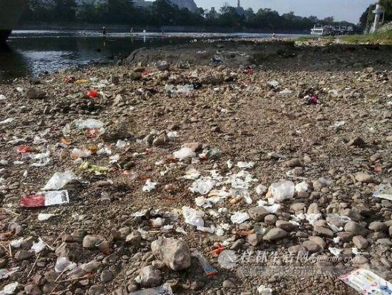 中秋节过后,漓江河滩上一片狼藉。(网友提供)