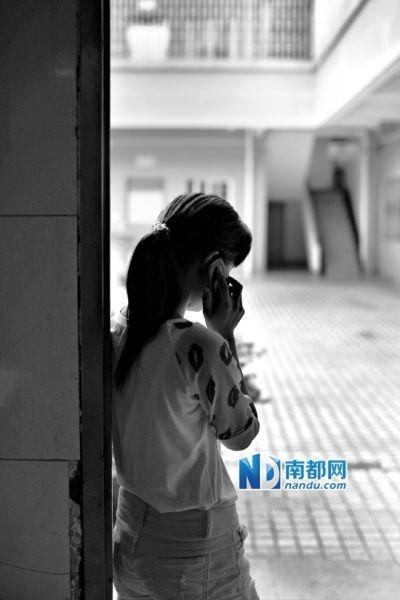 在救助站,小妮给母亲打电话,但电话那头的母亲态度冷淡。