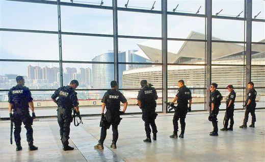 南宁市公安局特警支队先期抵达南宁国际会展中心等重点区域及场馆,展开安检及巡逻,并进行全天24小时武装备勤。 记者 李 军 通讯员 陈平涛/摄