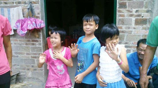 孩子们和大哥哥大姐姐挥手道别