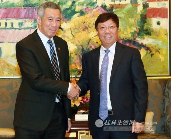 9月14日,赵乐秦(右)在香格里拉大酒店会见前来桂林参观访问的新加坡总理李显龙一行。 何平江 摄