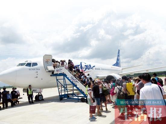 旅行社泰国包机成了南宁市民赴泰国旅游的便捷通道 苗丽 摄