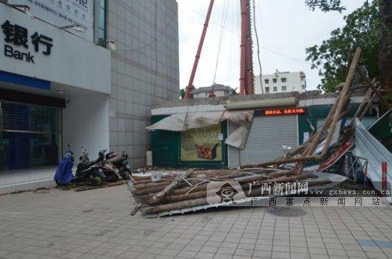 木质框架断裂,一工程围挡板倒塌,幸无伤及路人。 广西新闻网实习生黄菁菁 摄