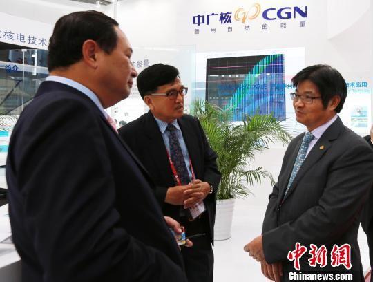 图为泰国嘉宾在中广核展厅了解中国核电相关情况。 黄穗芳 摄