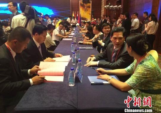 图为国内经济合作项目签约现场。 杨强 摄