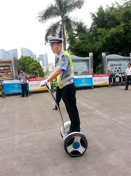 民警开着自平衡车巡馆。 李平 摄