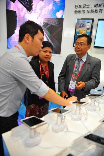 外国媒体向工作人员详细了解4G终端及资费