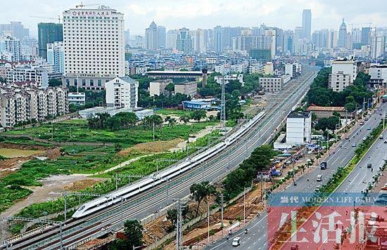 CRH380A型高速动车组列车正在驶入南宁市区