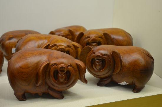 红木猪储蓄罐。梁颖 摄
