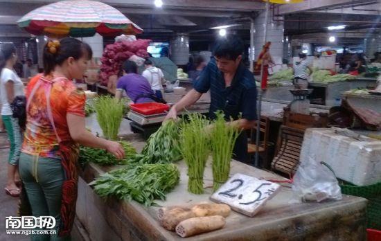 9月18日,五里亭蔬菜批发市场交易的情况。