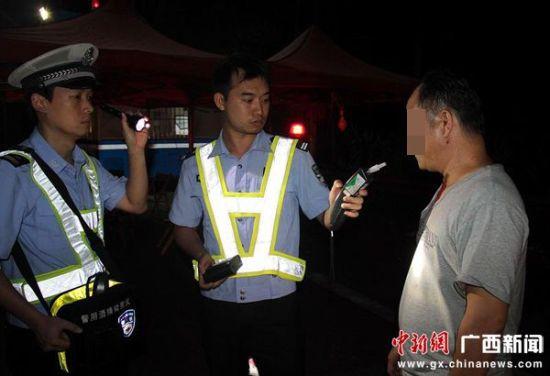 交警用酒精检测仪对该男子进行检测(图片由梧州交警高速一大队提供)