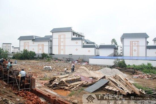 经开区对机场高速沿线、机场航站楼周边的村屯进行外立面改造,整个吴圩镇立面改造共计584栋。广西新闻网记者 韦春雨 摄