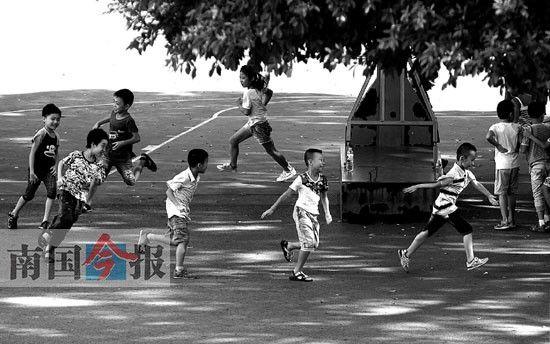 近日,柳州市弯塘路小学学生正在体育课上跑步。南国今报 记者 卿要林 摄