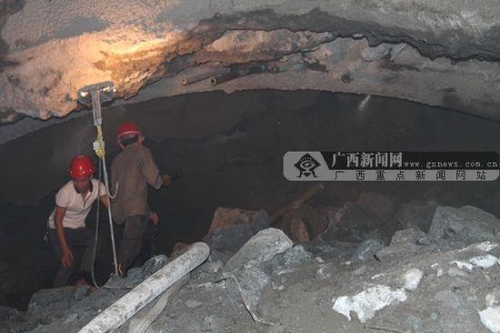 桂三高速拐江隧道塌方处。广西新闻网记者 陈创明 摄