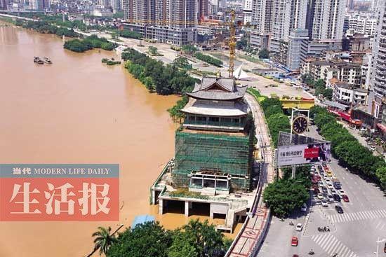 昨日空中俯瞰邕江边民生广场江堤。 记者 周军 摄