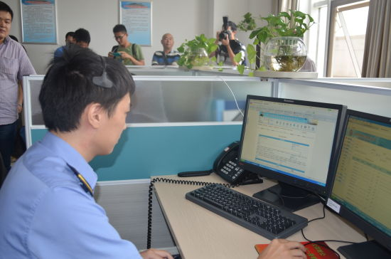 图为南宁铁路局货运受理室工作人员
