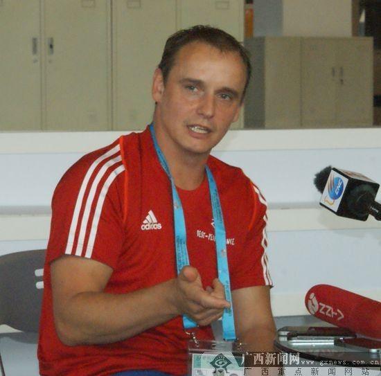 比利时体操队助理教练吉拉德接受记者采访。广西新闻网实习生 蓝景安 摄