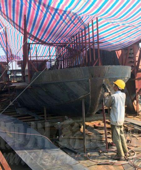 工人正在加紧建造32座空调客船