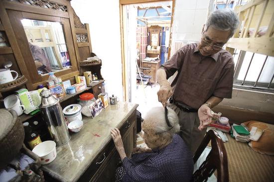 丈母娘很爱美,黄文权经常给她梳头,而面前的梳妆台是老人的嫁妆。南国早报见习记者 陈羽 摄