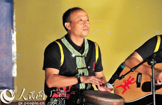 广西宁明县委书记践诺为村民登台表演
