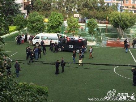 9月26日,昆明市北京路明通小学发生踩踏事故,已致6人死亡,现场还有小学生被陆续送上救护车。来源:新浪微博