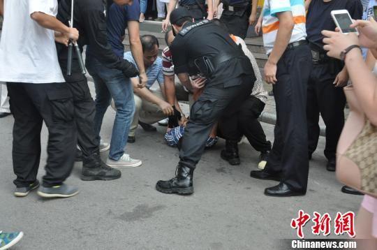 9月25日,桂林警方成功将劫持人质的犯罪嫌疑人制服。 桂林警方供图 摄