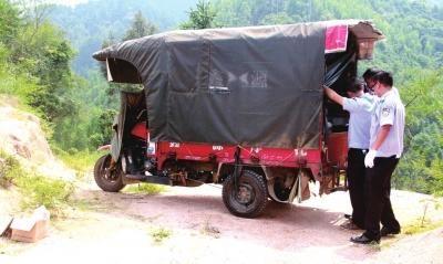 9月26日,干警在搜查嫌疑人的三轮车。新华社发