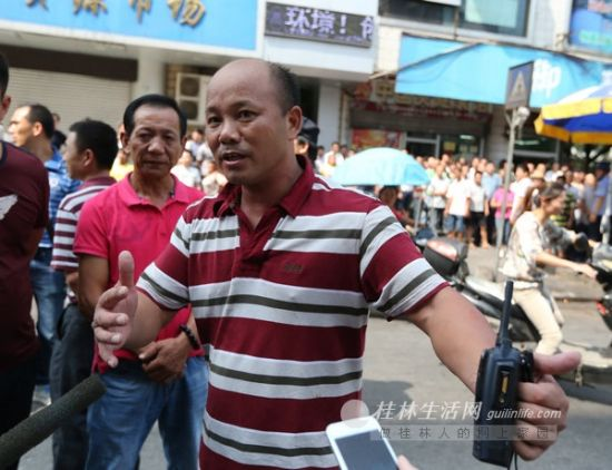 民警讲述解救人质的过程。记者李凯 摄