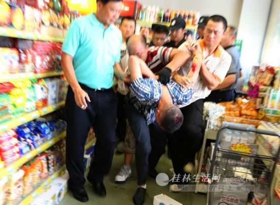 警方成功控制歹徒。记者李凯 摄