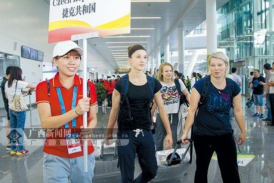 9月27日,49支世锦赛参赛队伍陆续抵达南宁,100名志愿者从接机、制证、办理酒店入住等,全程为参赛运动员做好随团引导服务。 记者 杨素颜 实习生 黄小娟摄