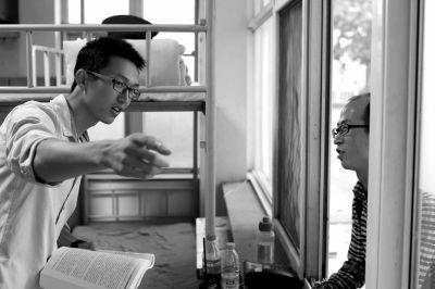苗仁杰(左)有时还会回到保安室,和老同事聊聊天,遇见有人问路仍会耐心解答。京华时报记者 王海欣 摄