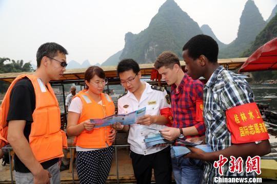 9月28日,桂林水上搜救国际志愿者服务队在漓江杨堤段开展志愿服务活动。杨茂良 摄