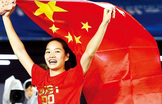 """在昨晚的仁川亚运会女子田径100米决赛中,中国队的广西选手韦永丽以11秒48的成绩夺冠,再次成为亚洲""""女飞人""""。图为韦永丽庆祝夺冠。新华社发"""