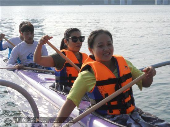 2014中国柳州国际水上狂欢节绿色水上运动夏威夷艇市民开心体验。李伟国 摄