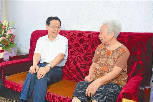 9月26日上午,自治区主席陈武来到左江革命根据地创始人之一、曾任红八军军长的俞作豫烈士之女俞述慕家中,向她表示亲切慰问,共同重温革命先烈的英勇事迹。记者 梁凯昌/摄