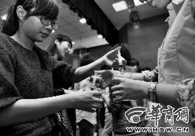 """活动现场,同学们进行""""换水""""游戏 华商报记者 张杰 摄"""
