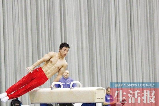 中国队队员尤浩在进行鞍马训练