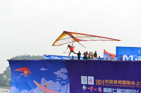 10月3日柳州水上狂欢节-鸟飞人大赛 严浩宁 摄