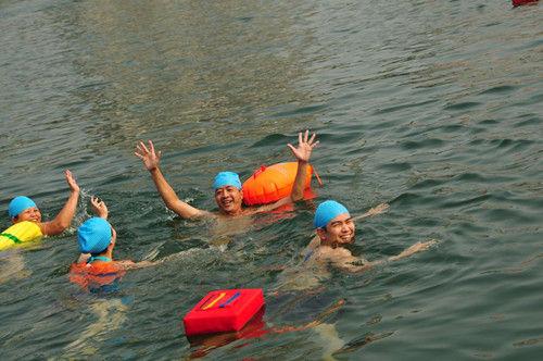 10月2日,在畅游柳江活动上,代表方队在游泳
