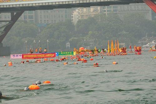 10月2日,在畅游柳江活动上,游泳爱好者在激情畅游