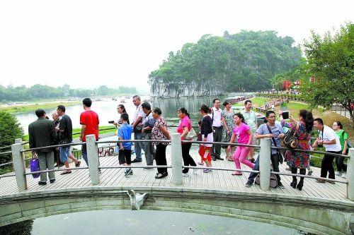 10月3日是国庆长假第三天,桂林迎来黄金周游览高峰。图为游客在象山景区游览。 通讯员王滋创 摄