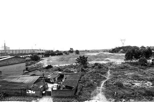 连片堆放占地数十亩的固体废钢渣,距黄土村的村民建筑最近处只有10多米。王缉宁 摄