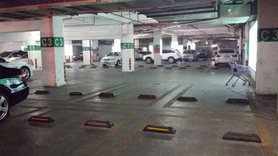 10月6日下午6时,在水晶城停车场内,有大量剩余车位。