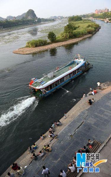 游船载着游客在漓江上游览观光(10月1日摄)。
