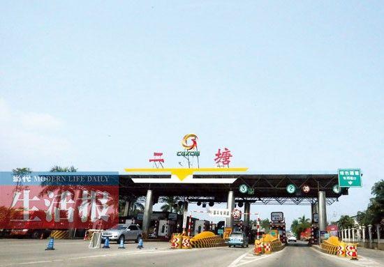 10月7日下午2时30分,从南宁市二塘收费站进城的车辆寥寥无几。图片来源:当代生活报