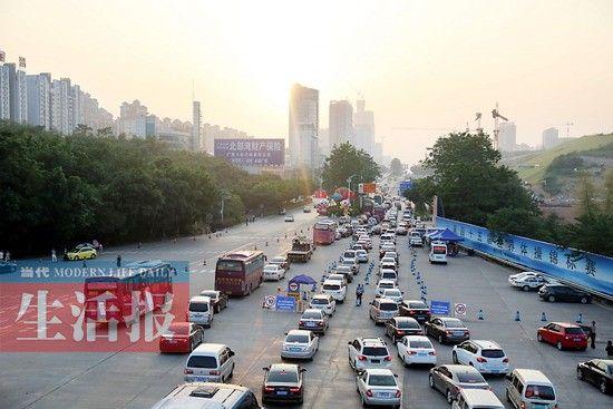 10月6日下午,经南宁三岸收费站返程的车流。