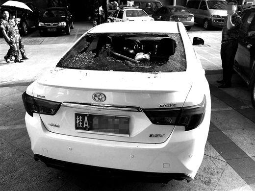 汽车后挡风玻璃被坠落的拖把砸碎。苑长军 摄